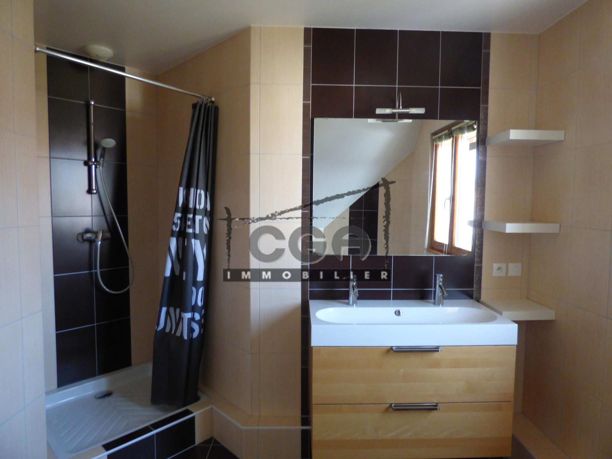salle de bains equipee   douche   baignoire   wc