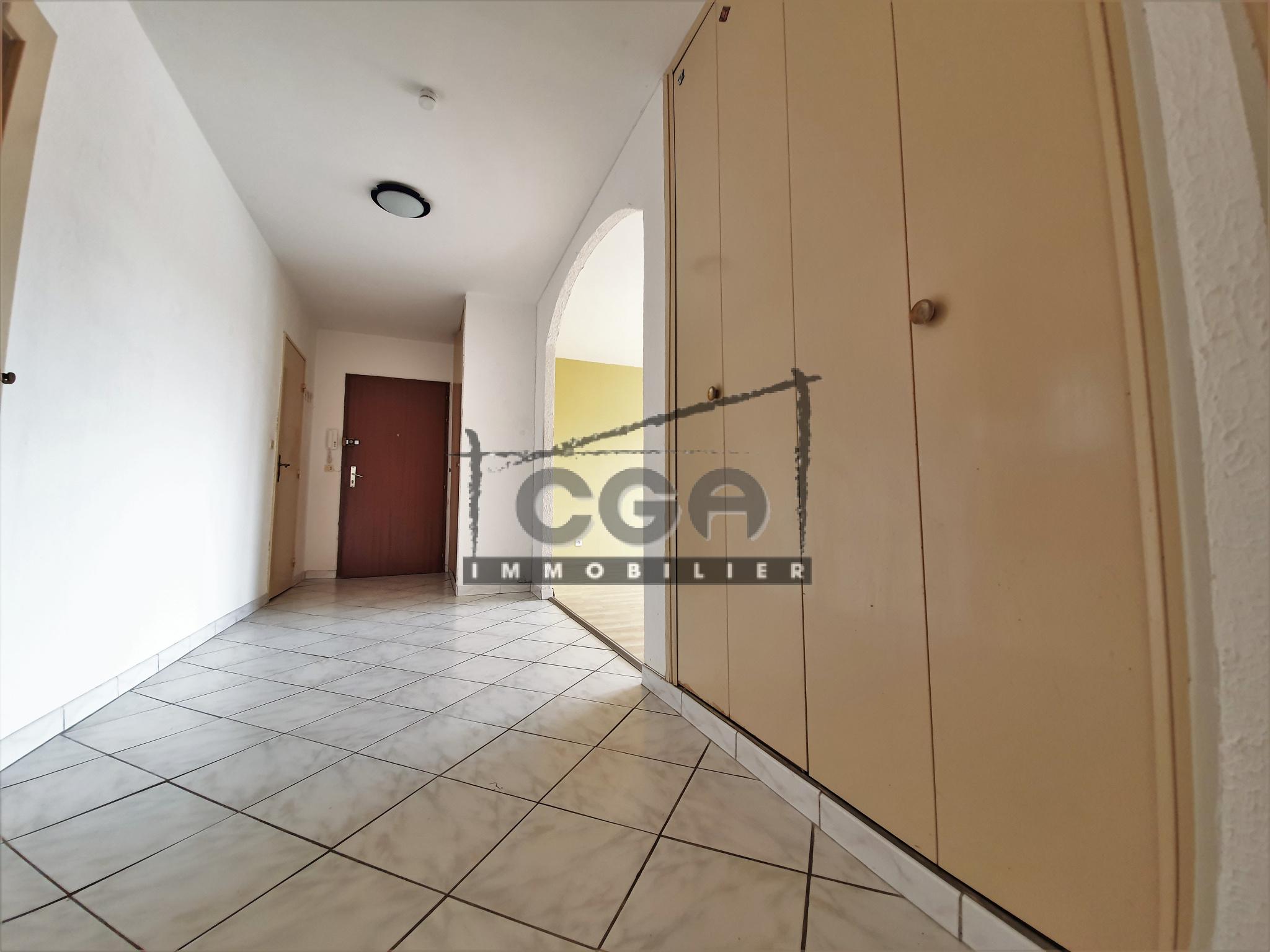 couloir avec placard mural
